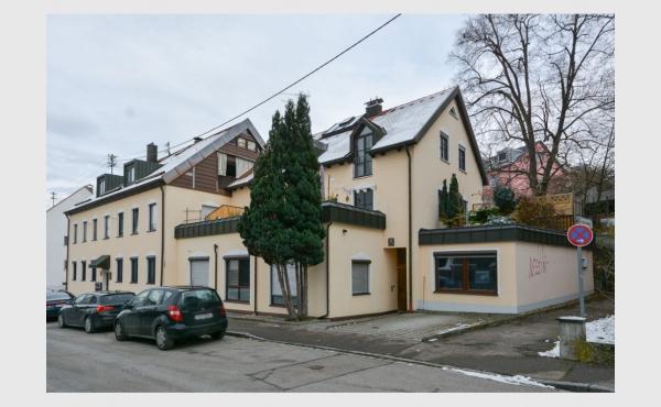 VERKAUFT - hell & modern - gut geschnittene 2 ZKB mit großer Dachterrasse